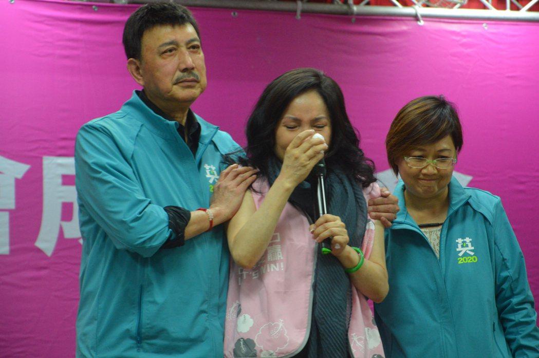 李亞萍(中)提及女兒病情悲從中來,余天(左)連忙上台安慰。記者施鴻基/攝影