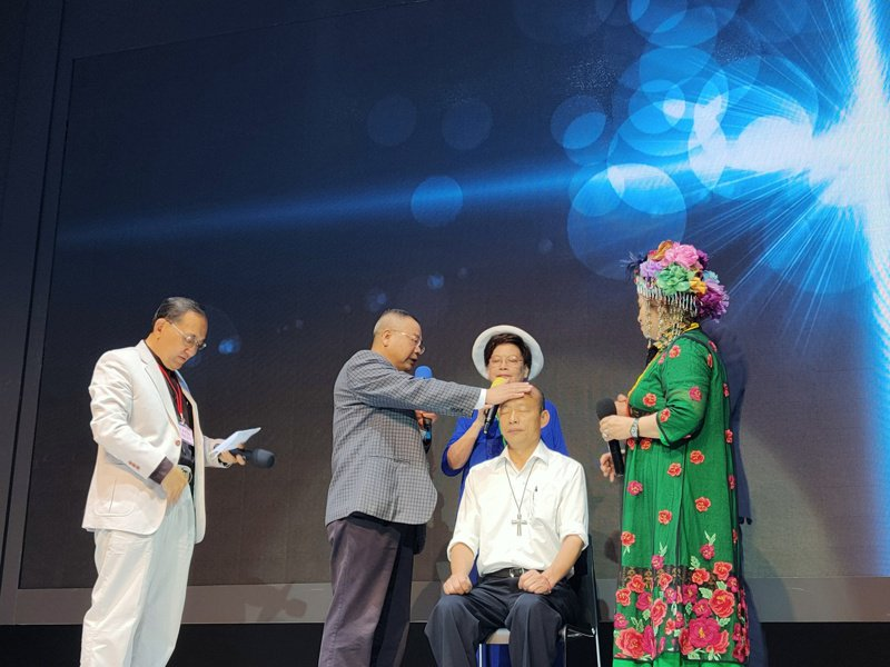 高雄市長韓國瑜下午到大使命教會參加基督教祈福活動,由國內外牧師與牧者們為其祈禱抹油;韓對於副手人選仍未鬆口,僅回「副手不是禿頭」。記者蔡容喬/攝影