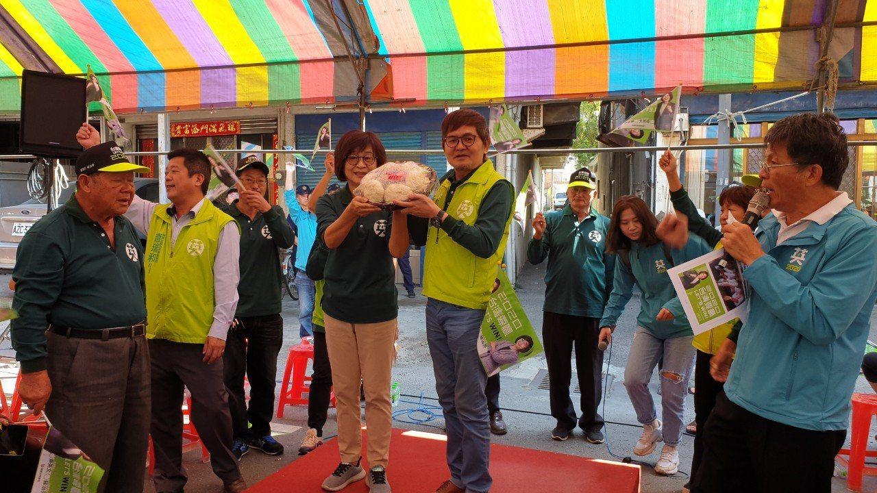 民進黨海線立委蘇治芬(左三)力拼連任,今天在台西、元長成立競選總部。圖/蘇治芬團...