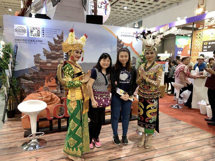 民眾在印尼觀光局攤位與舞者合影留念。記者張芳瑜/攝影