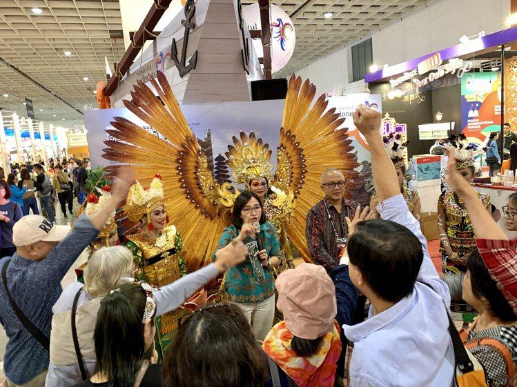 民眾參與印尼觀光局攤位現場有獎徵答。記者張芳瑜/攝影