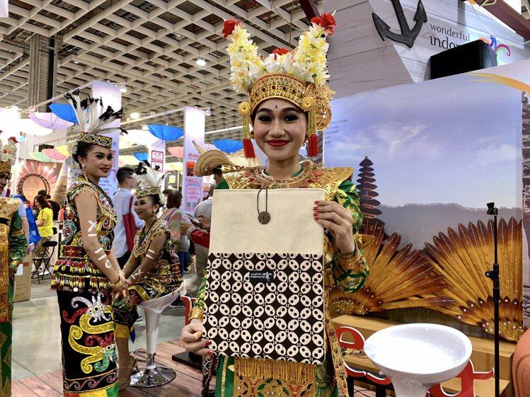 至印尼觀光局攤位購買行程加贈紀念袋。記者張芳瑜/攝影