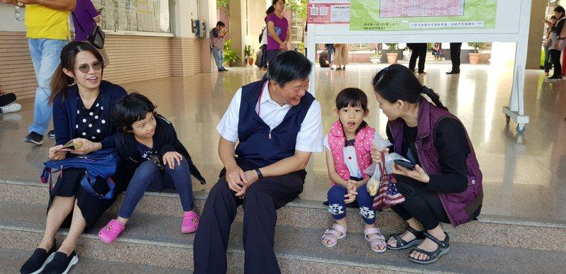 聯合盃作文大賽今天在台南建興國中舉辦,教育局長鄭新輝(中)前往關切,與家長分享教育理念。記者修瑞瑩/攝影