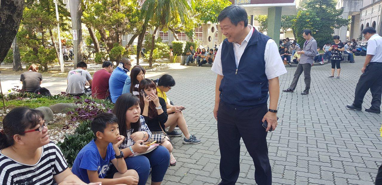 聯合盃作文大賽今天在台南建興國中舉辦,教育局長鄭新輝(右)前往關切,與家長分享教...