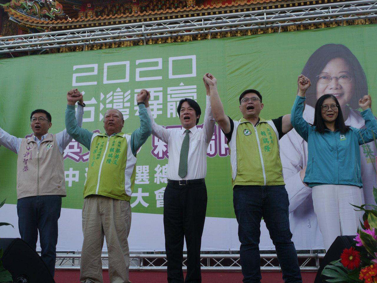 行政院前院長賴清德(右三)到旗津替立委參選人賴瑞隆(右二)助選。記者徐白櫻/攝影