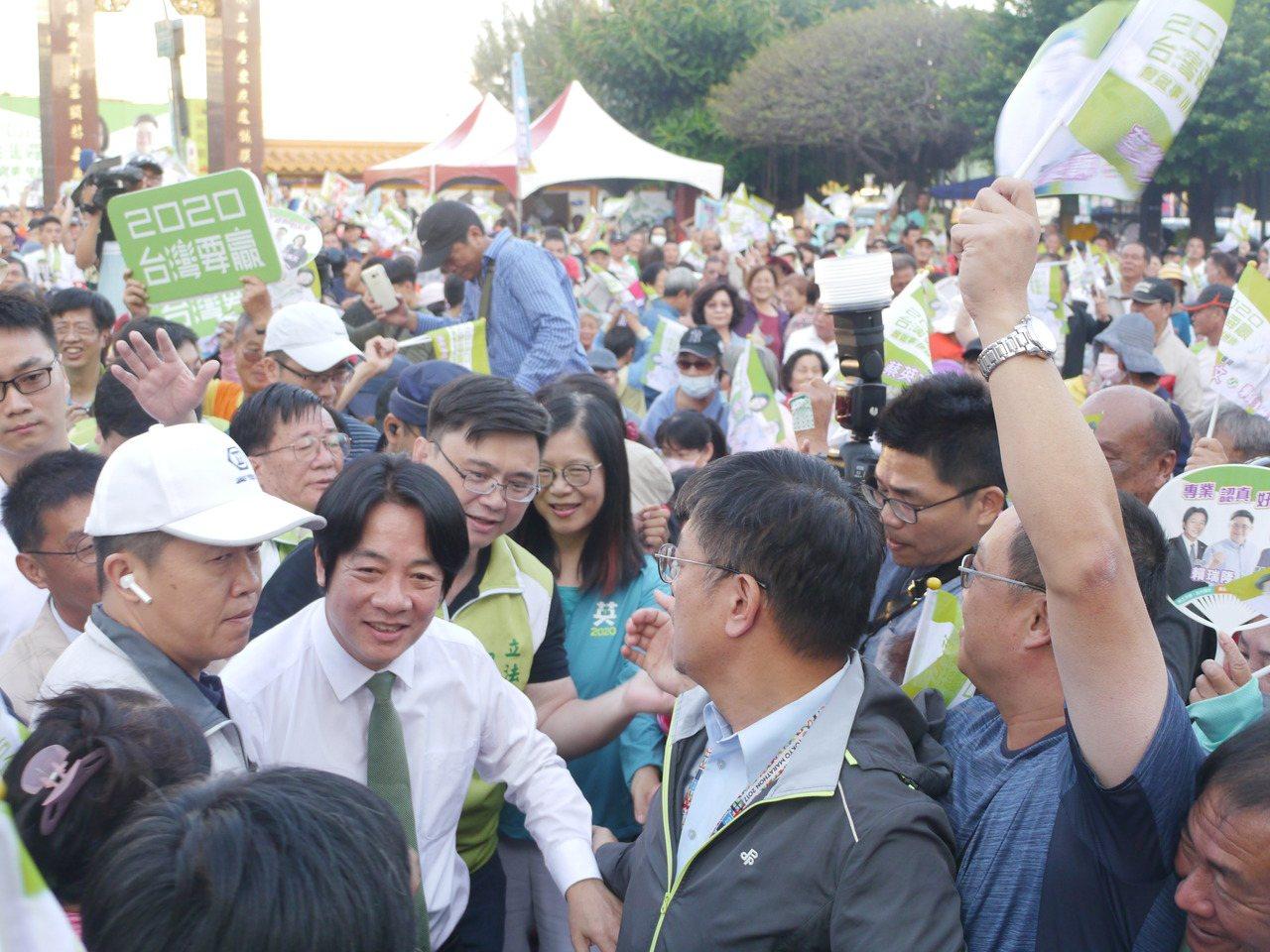 高市旗津居民十分熱情,賴清德以大進場模式進入活動會場。記者徐白櫻/攝影