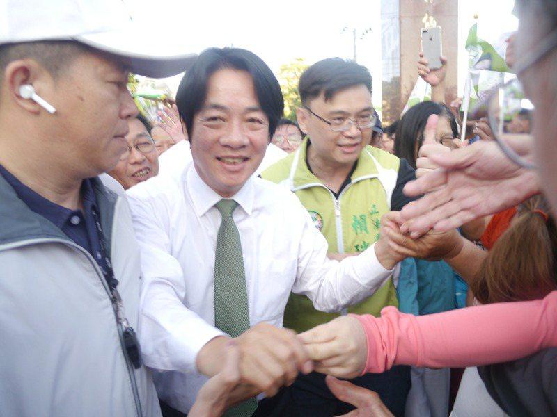 行政院前院長賴清德到高雄輔選,旗津居民熱情迎接。記者徐白櫻/攝影