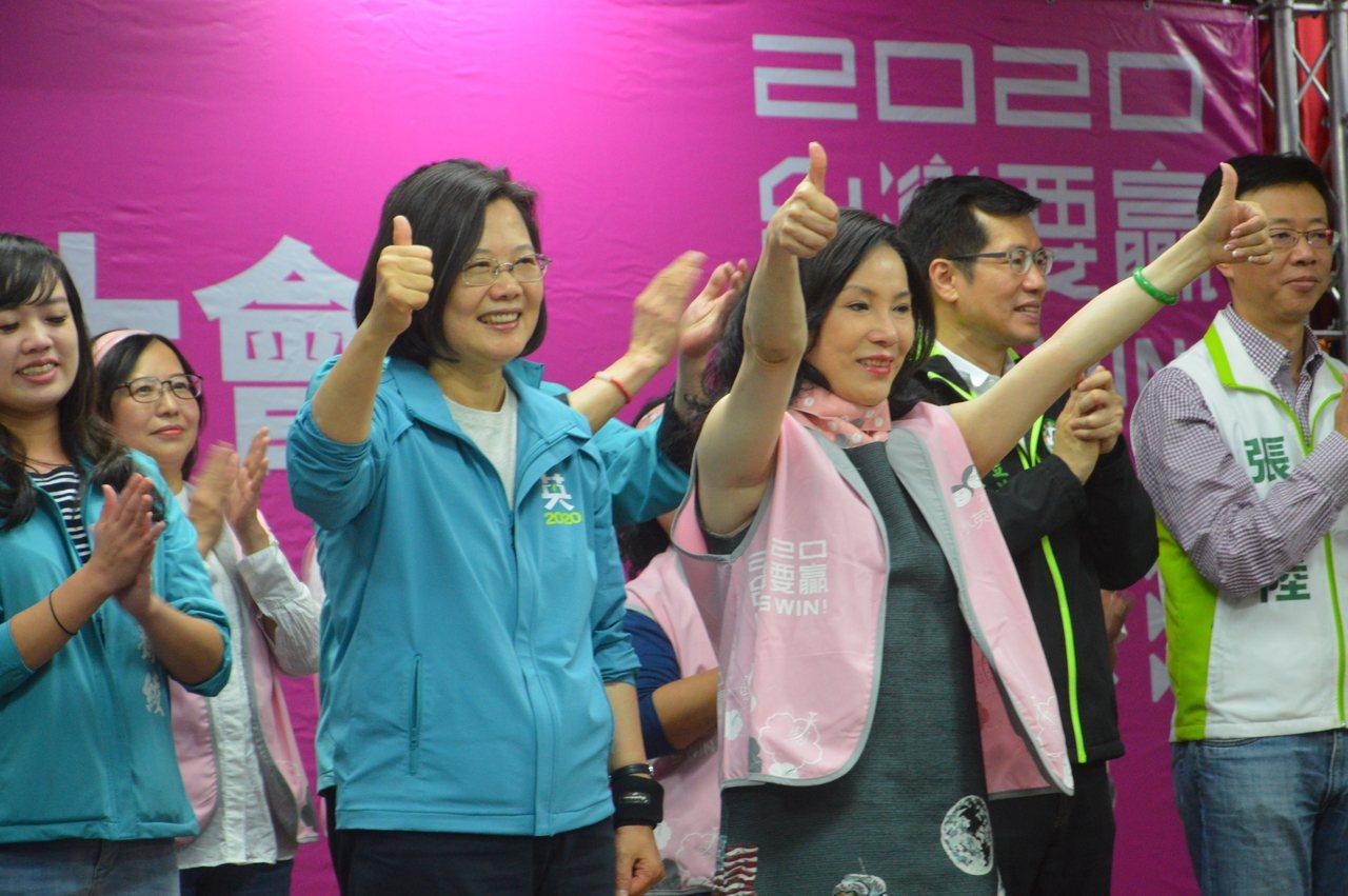 新北小英姐妹會在三重成立,蔡英文總統(左二)為新北路之李亞萍(右三)。記者施鴻基...
