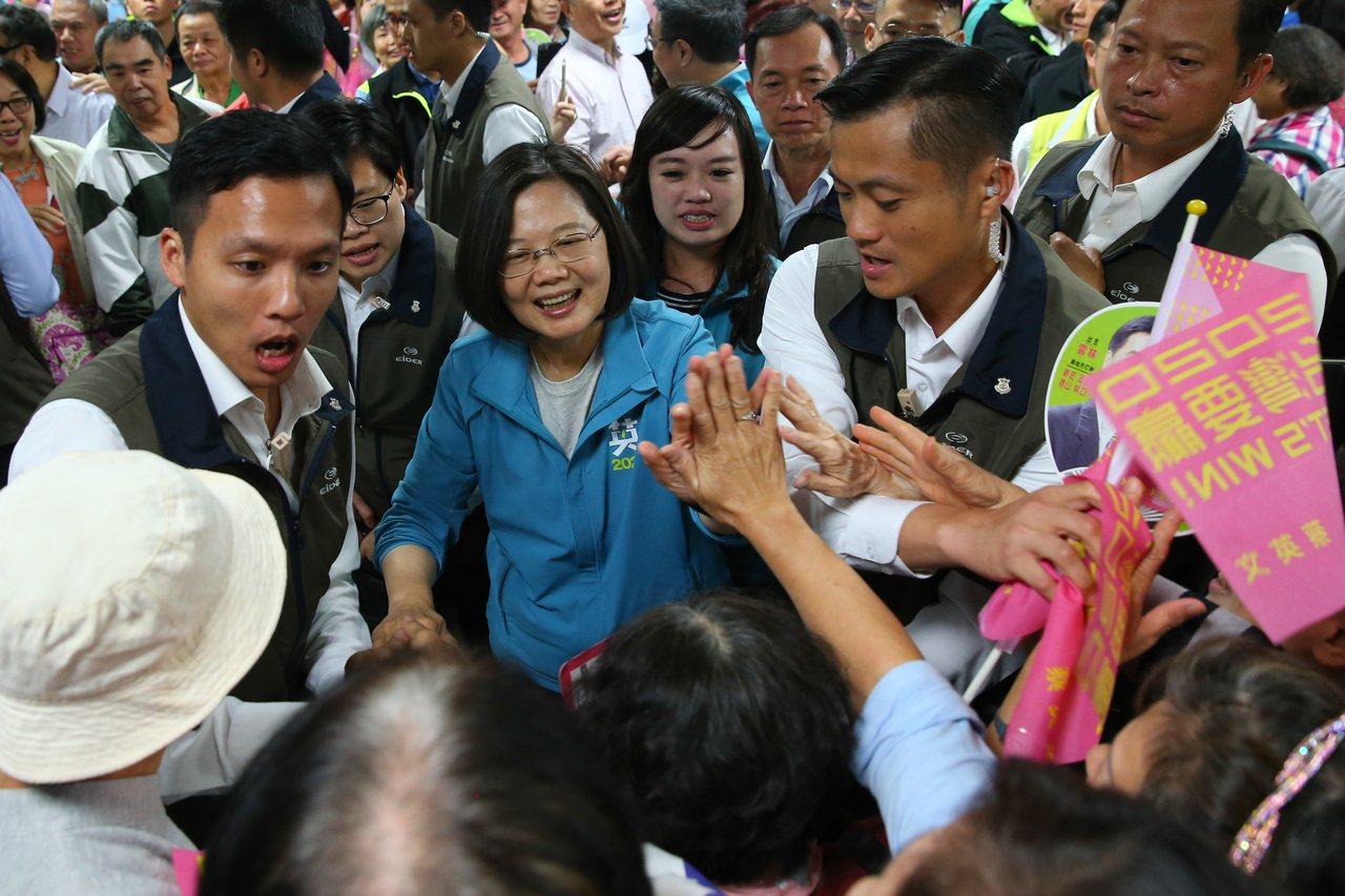 蔡英文總統(中)今天出席小英姊妹會成立大會,支持者熱情握手。記者葉信菉/攝影