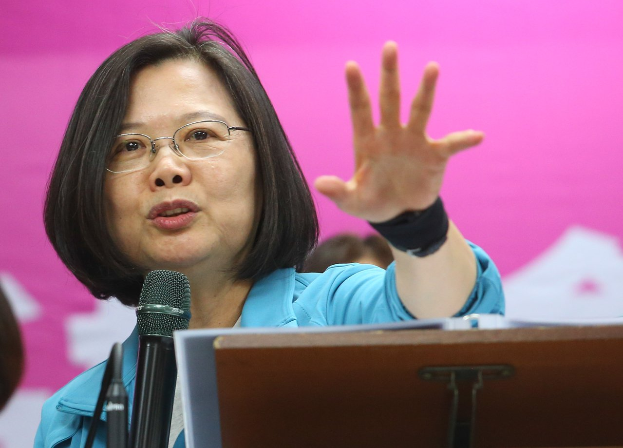 蔡英文總統今天出席小英姊妹會成立大會,並向支持者喊話,她表示台灣的經濟全年都會是...