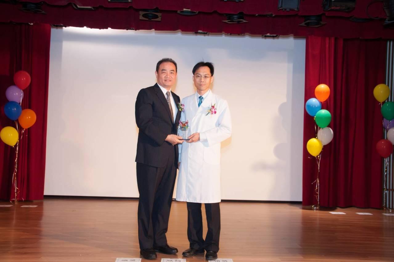 台南醫院外科主任許凱熙獲得台南市醫師公會今年的醫療奉獻獎。圖/醫院提供