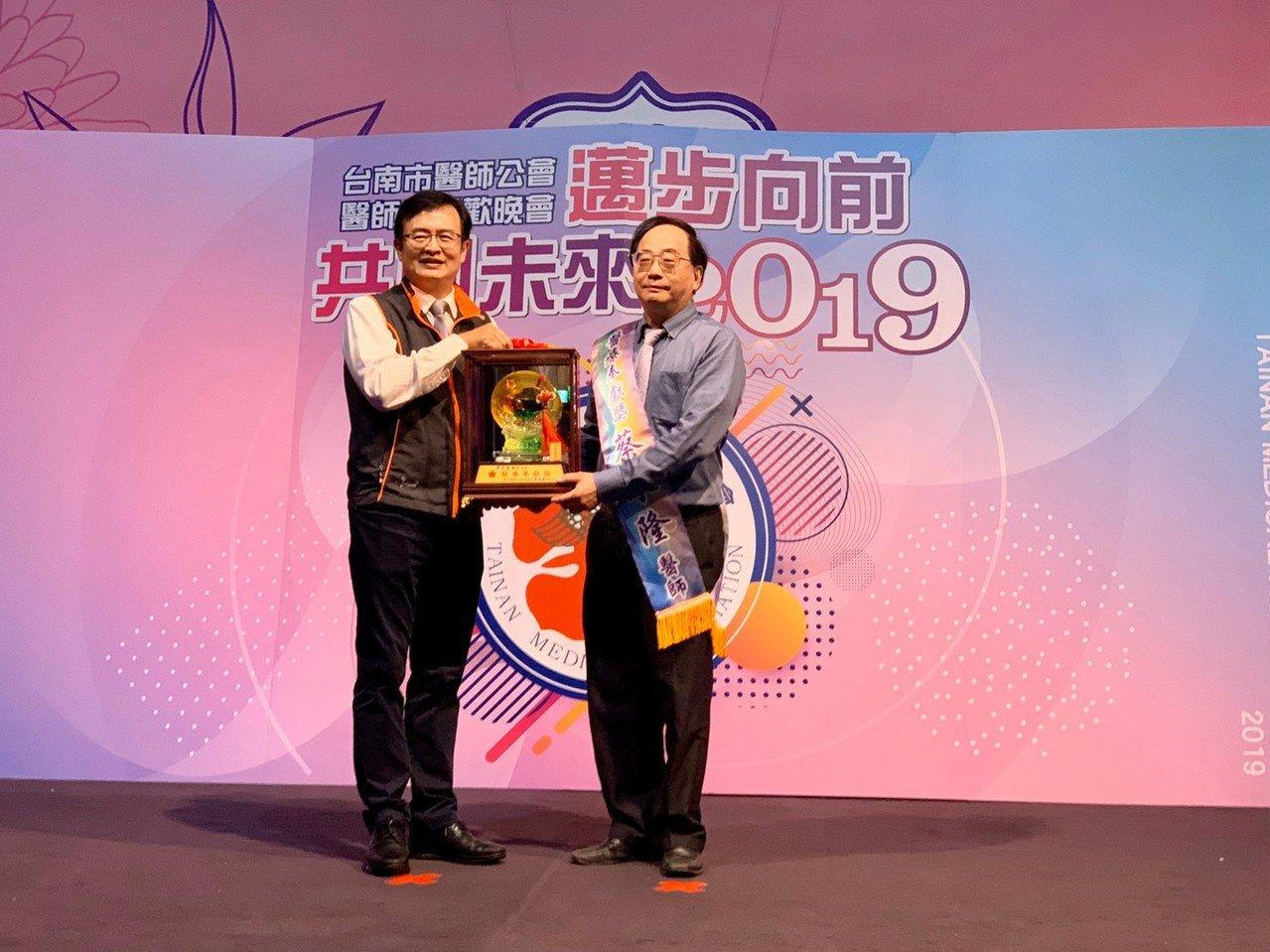 台南醫院婦產科主任蔡永隆獲得台南市醫師公會今年的醫療奉獻獎。圖/醫院提供