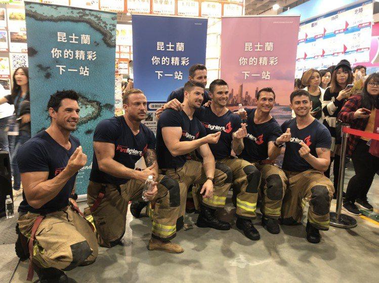 雄獅旅遊找來澳洲猛男消防隊員來旅展站台,吸引大批民眾圍觀。記者魏妤庭/攝影