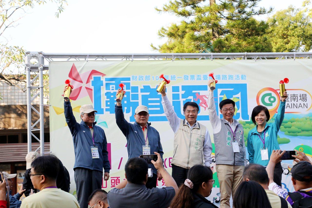 財政部長蘇建榮(左二)、台南市長黃偉哲(右三)、立委葉宜津(右一)、郭國文(右二...
