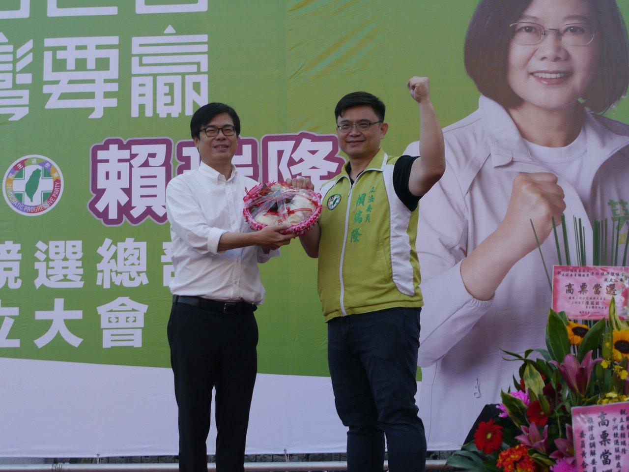 行政院副院長陳其邁(左)假日輔選行程滿檔,他過去也曾服務過旗津選區,在台上特別有...