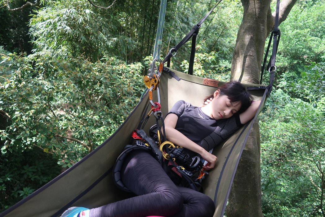 連俞涵躺在樹上吊床。圖/攀樹趣提供