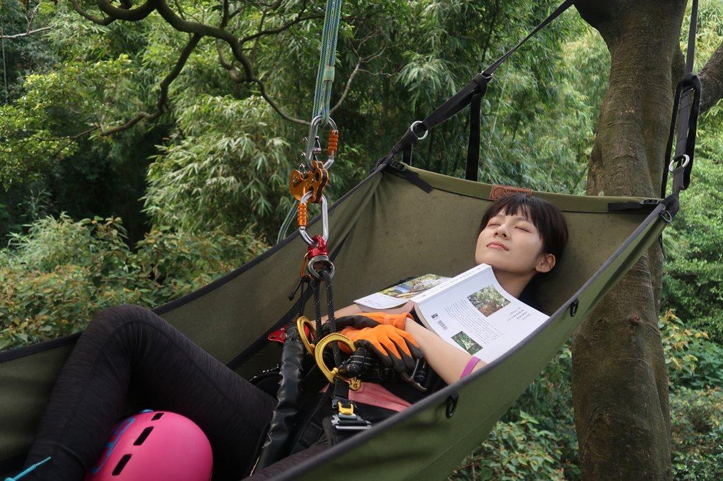 連俞涵在樹上享受閱讀。圖/攀樹趣提供
