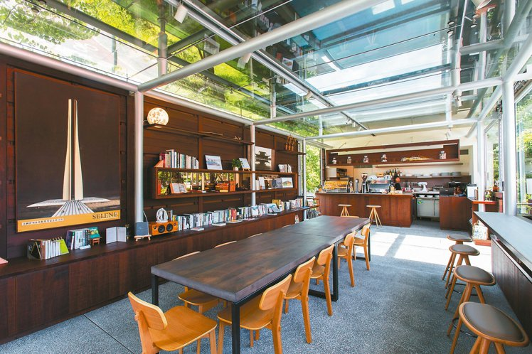 葉曉甄將王大閎書軒對面的咖啡館做成藝文空間。 圖/文心建設提供
