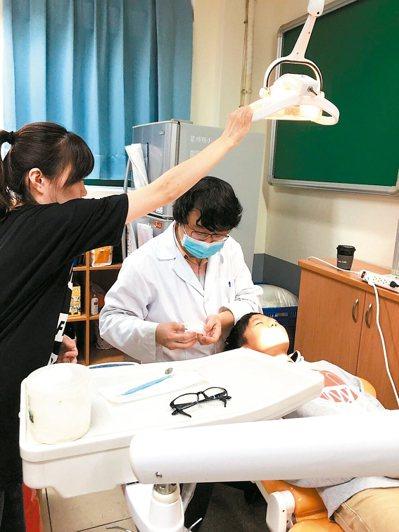 新北市牙醫師曲國棟投入偏鄉醫療18年,每次一趟車程來回就要耗費4、5小時。 圖/...