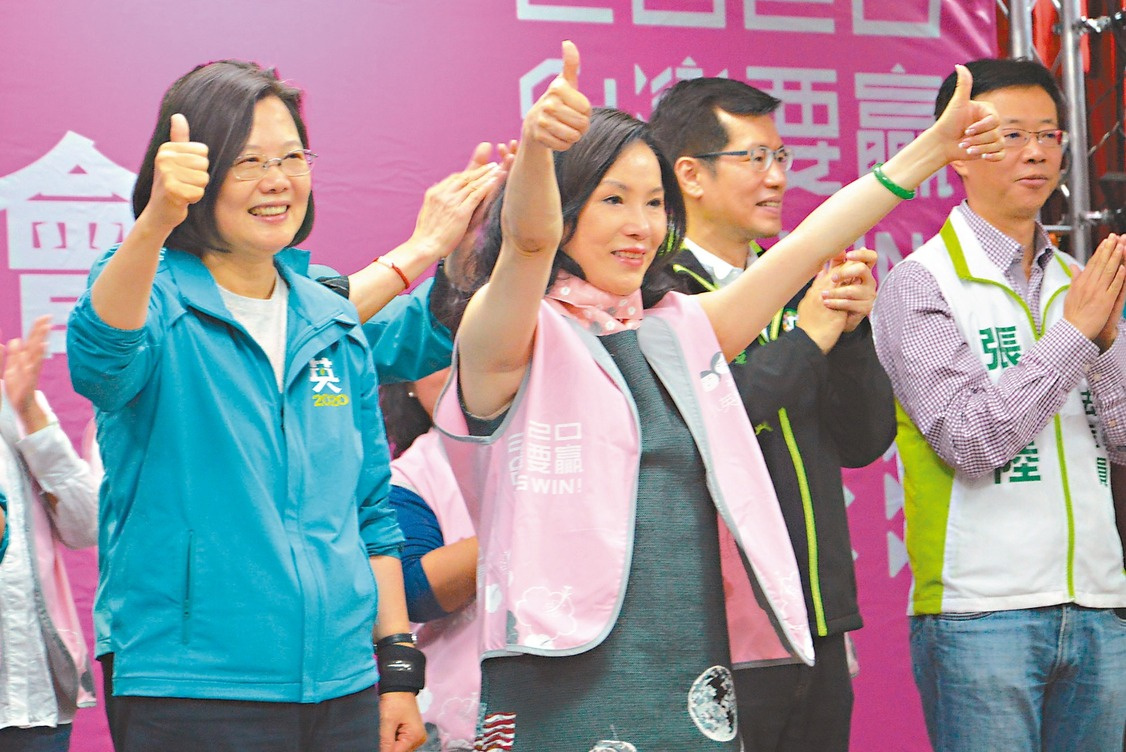 蔡英文總統(左1)與余天妻子李亞萍(左2)一起比讚,爭取支持。 記者施鴻基/攝影