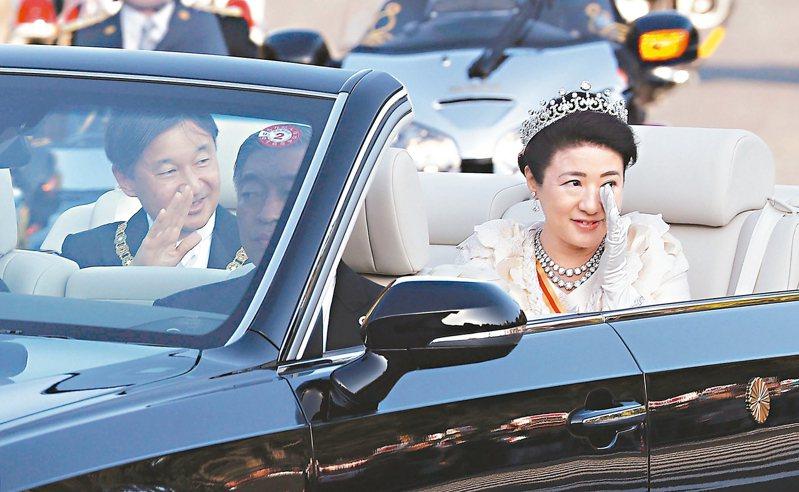 圖為日皇德仁(左)和皇后雅子(右)十日在東京參加即位慶祝遊行,雅子深受感動眼中泛淚。 美聯社