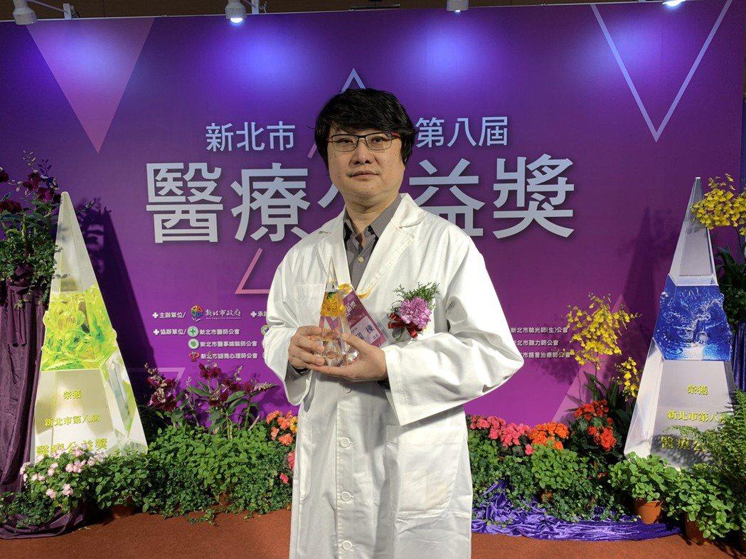 新北市牙醫師曲國棟投入偏鄉18年,今年獲醫療貢獻獎。記者張曼蘋/攝影