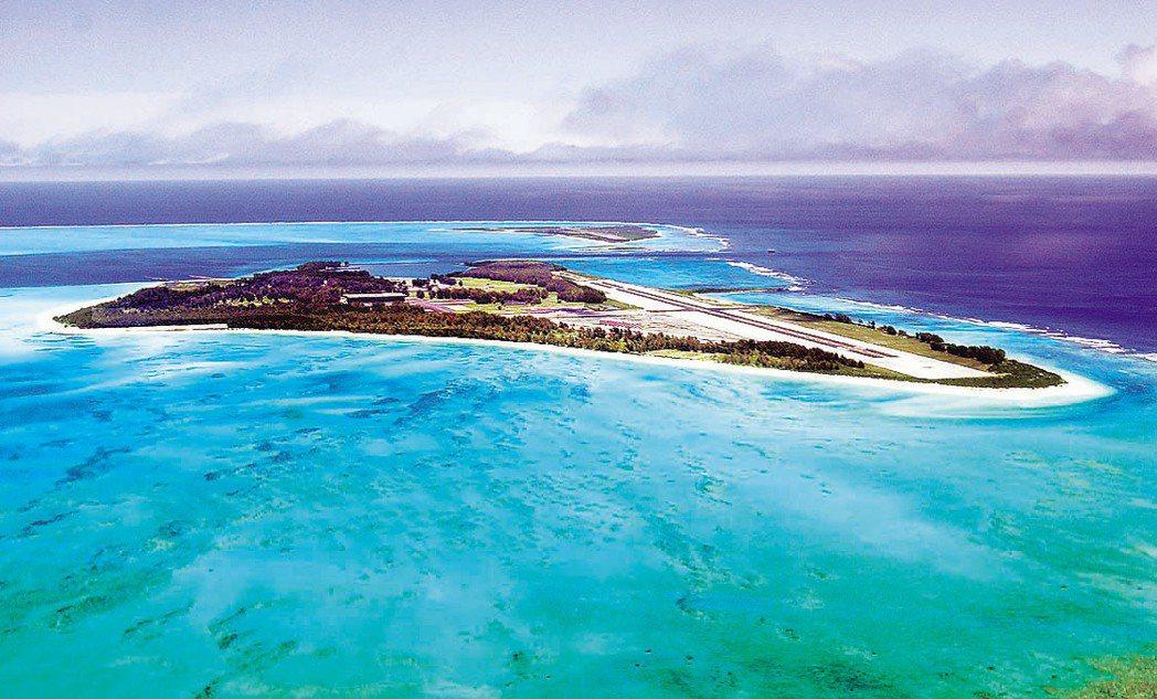 中途島是孤懸在太平洋上的珊瑚礁,屬於夏威夷群島島鏈之一,圖為空拍中途島景色。...