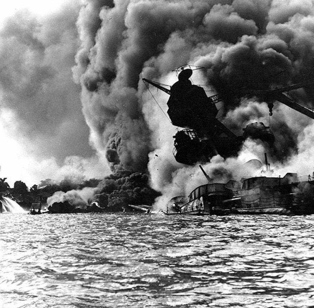 1941年12月7日,日本偷襲美國海軍基地珍珠港時,美軍主力戰艦「亞利桑那號」被...