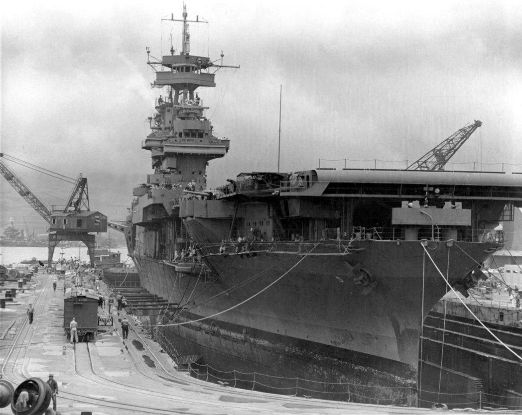 1942年5月28日,在珍珠港緊急搶修的約克鎮號(CV-5)航艦。約克鎮號後來遭...