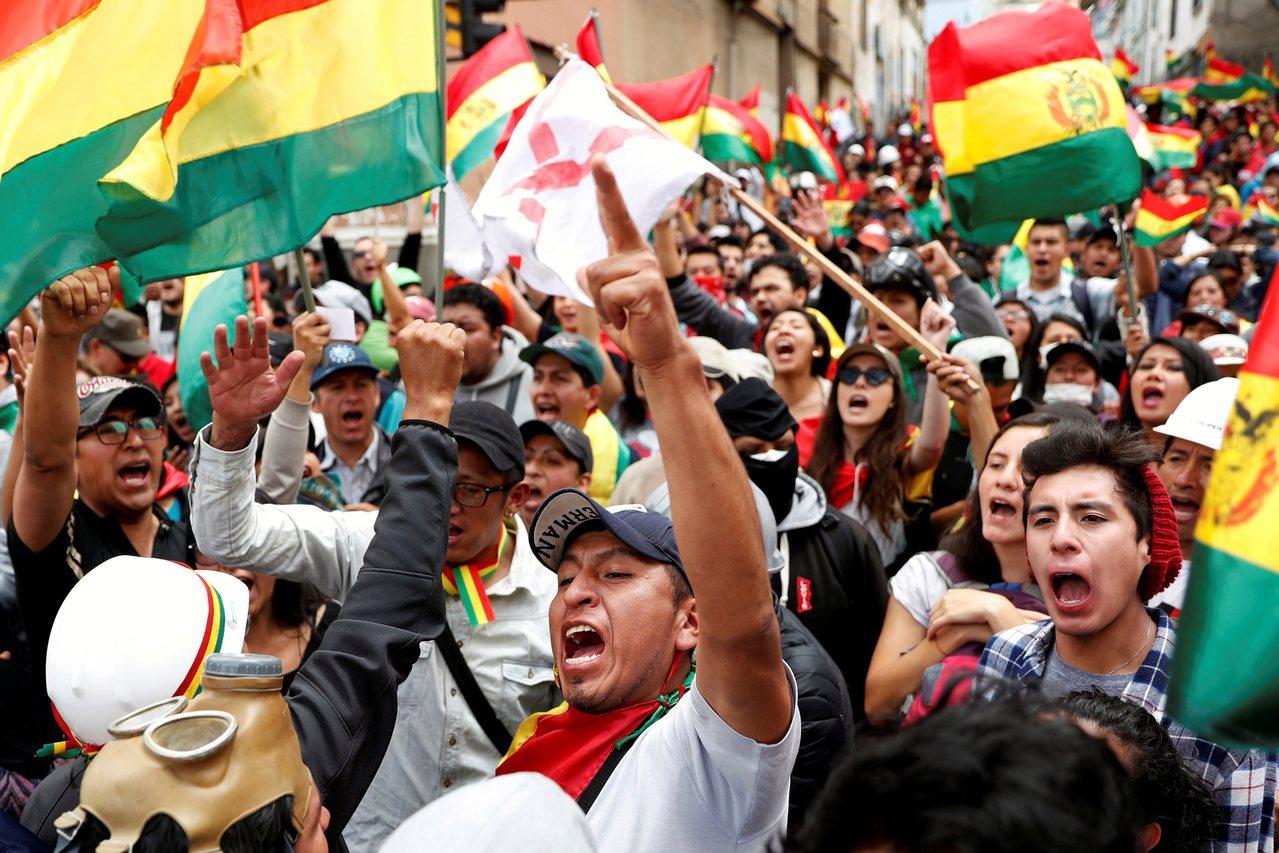 玻利維亞民眾九日在首都拉巴斯抗議上月廿日總統大選舞弊。 (路透)