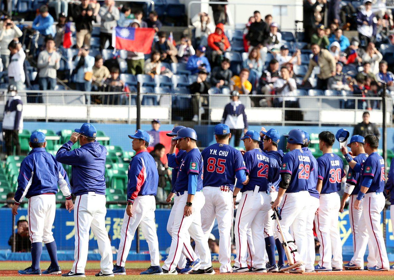 中華隊12強複賽首戰不敵墨西哥,賽後總教練洪一中(左)與球員向球迷致意。 特派記...