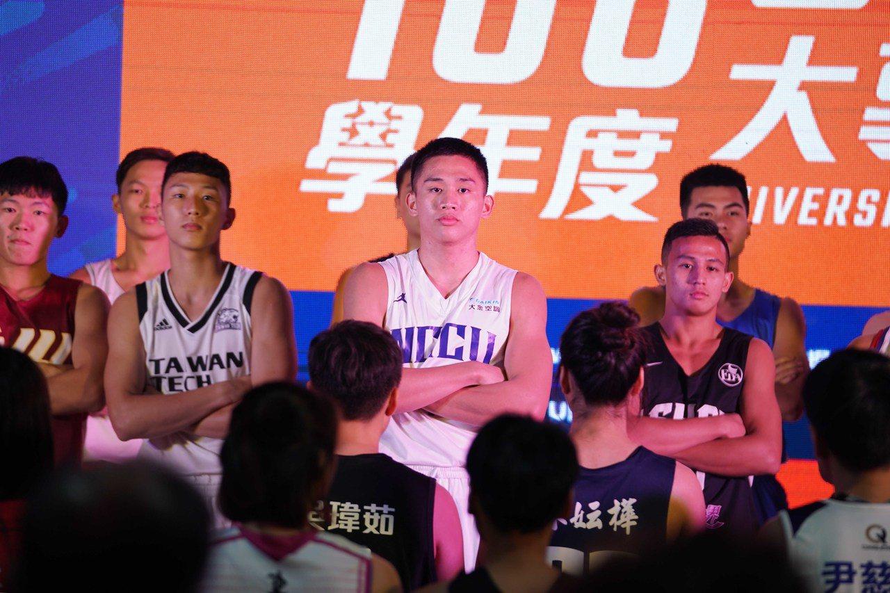 頂著今年HBL高中籃球聯賽MVP頭銜加入政治大學,林彥廷即將迎接生涯第一個大學球...