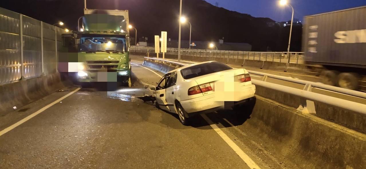 一輛自小客車駕駛今天傍晚疑逆向駛上基隆港西岸聯外道路北上出口,撞上貨櫃車,轎車車...