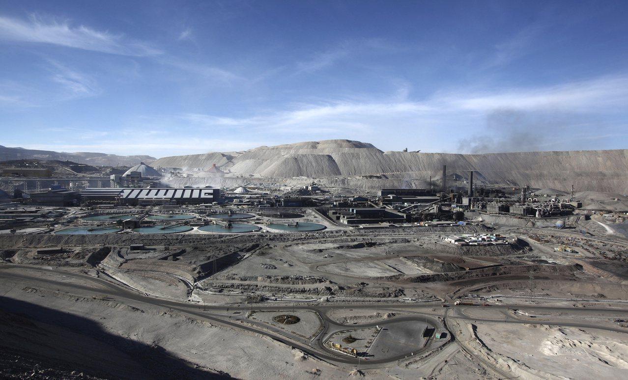 智利為全球最大產銅國,圖為該國位於丘基卡馬塔的銅礦場。(路透)