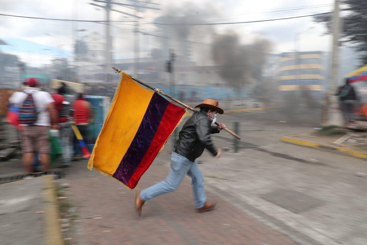厄瓜多政府取消燃料補助政策,不滿的民眾上月在首都基多示威。(路透)