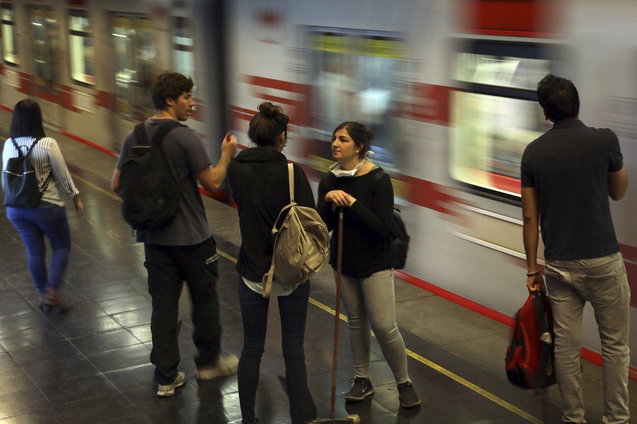 智利爆發大規模反政府示威,主要因為政府調漲地鐵票價。圖為智利首都聖地牙哥的地鐵站...