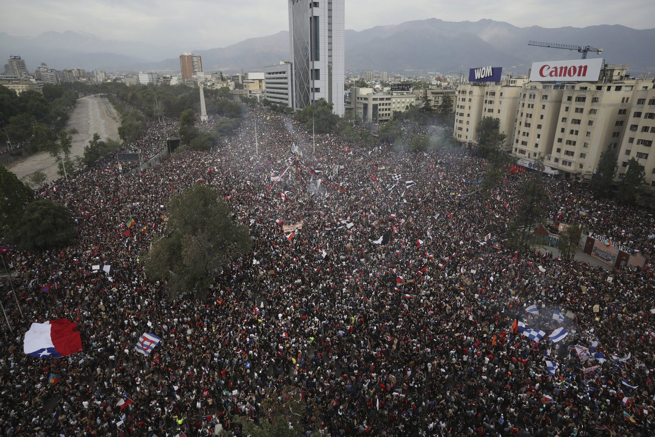 智利民眾10月25日在首都聖地牙哥舉行大規模反政府示威。(美聯社)