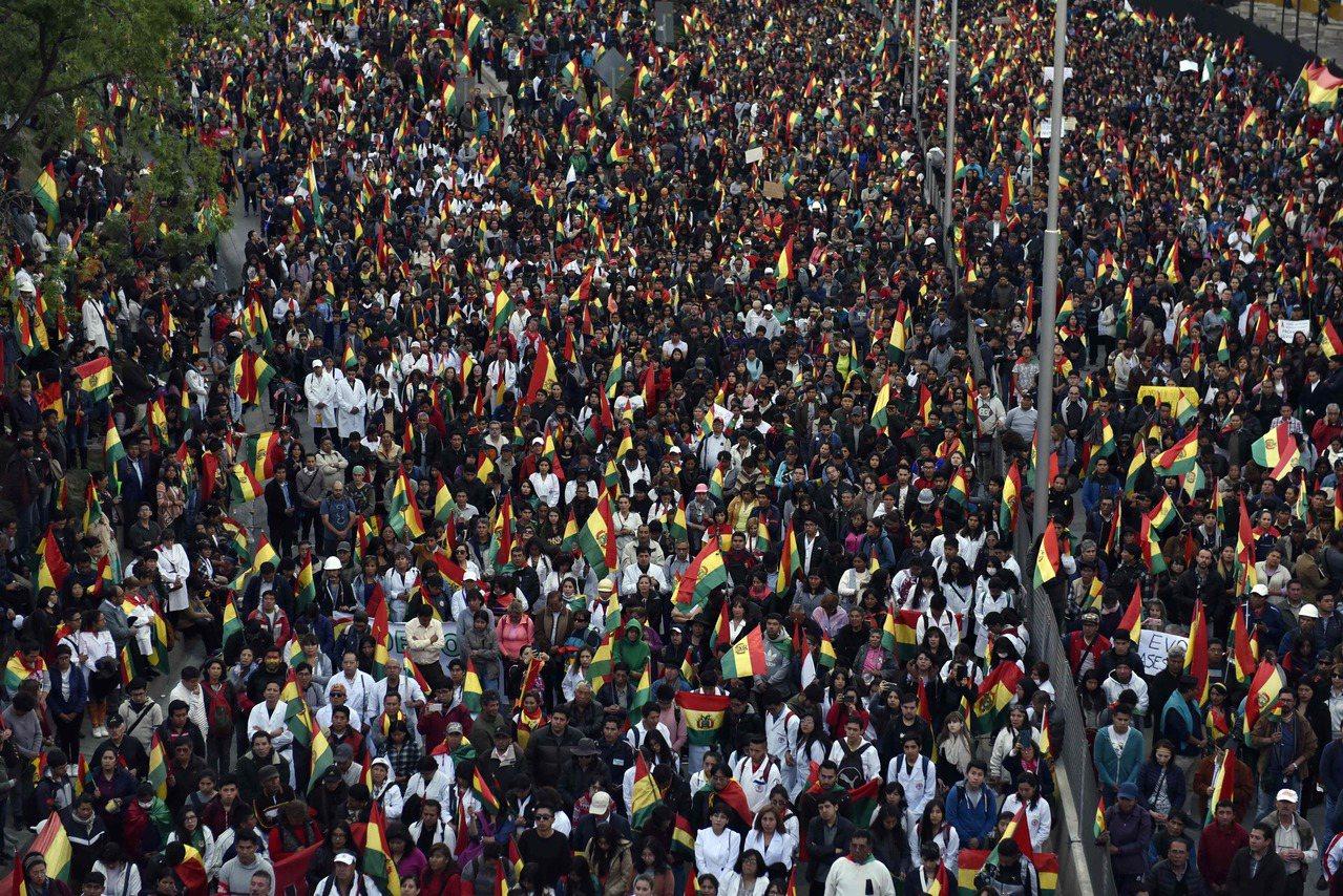 玻利維亞總統大選爆發計票舞弊,反對派支持者10月31日在首都拉巴斯抗議。(法新社...