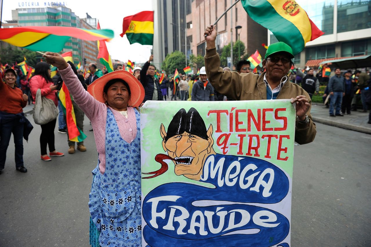 玻利維亞民眾10日在首都拉巴斯街頭慶祝總統莫拉萊斯下台。(法新社)