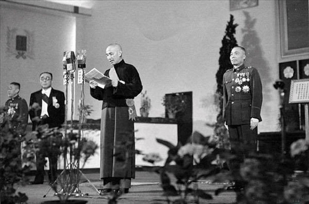 蔣介石(中)當選中華民國第一任總統,右為副總統當選人李宗仁。圖/聯合報系資料照片