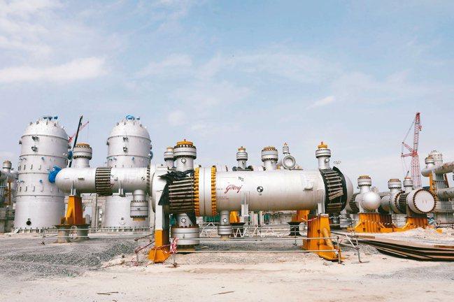 奈及利亞蘊藏大量原油,國內卻沒煉油廠,汽油需自國外進口,墊高價格。國營石油公司新...