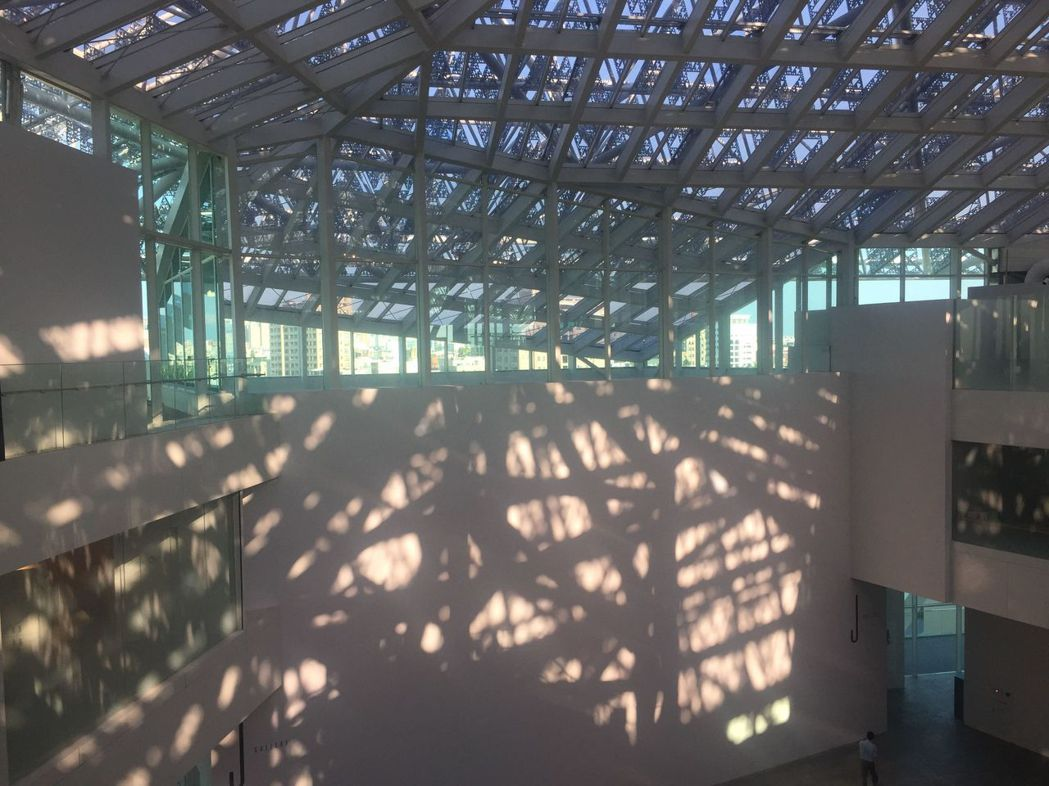 南美館2館展間外牆光影也成作品。  南美館 提供