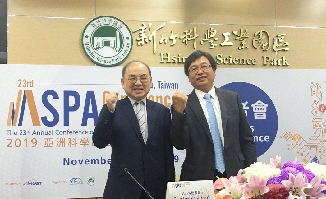 竹科管理局長王永壯(右)同時是亞洲科學園區協會ASPA理事長,與ASPA秘書長S...