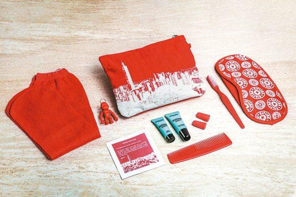 比利時品牌Kipling聯名豪華經濟艙過夜包。 圖/長榮航空提供