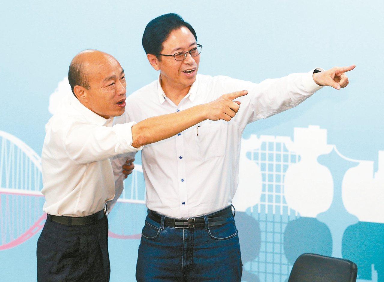 國民黨總統參選人韓國瑜(左)宣布與張善政(右)搭檔。 記者劉學聖/攝影
