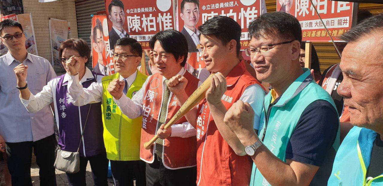 前行政院長賴清德今天到台中市,陪立委參選人陳柏惟拜票。 記者游振昇/攝影