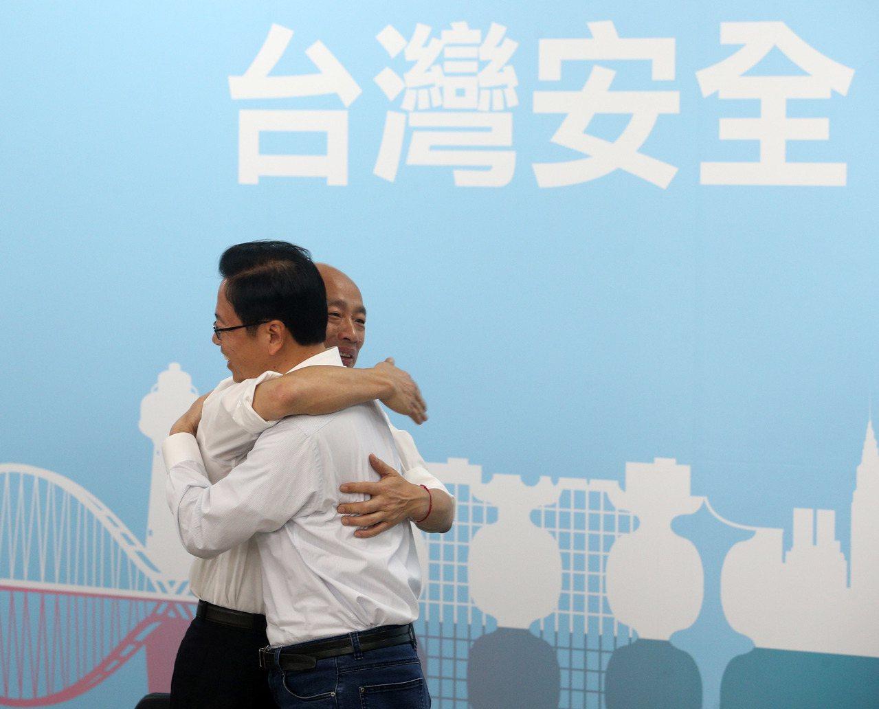 國民黨總統參選人韓國瑜(左)上午宣布將搭配張善政(右)擔任副手,角逐2020總統...
