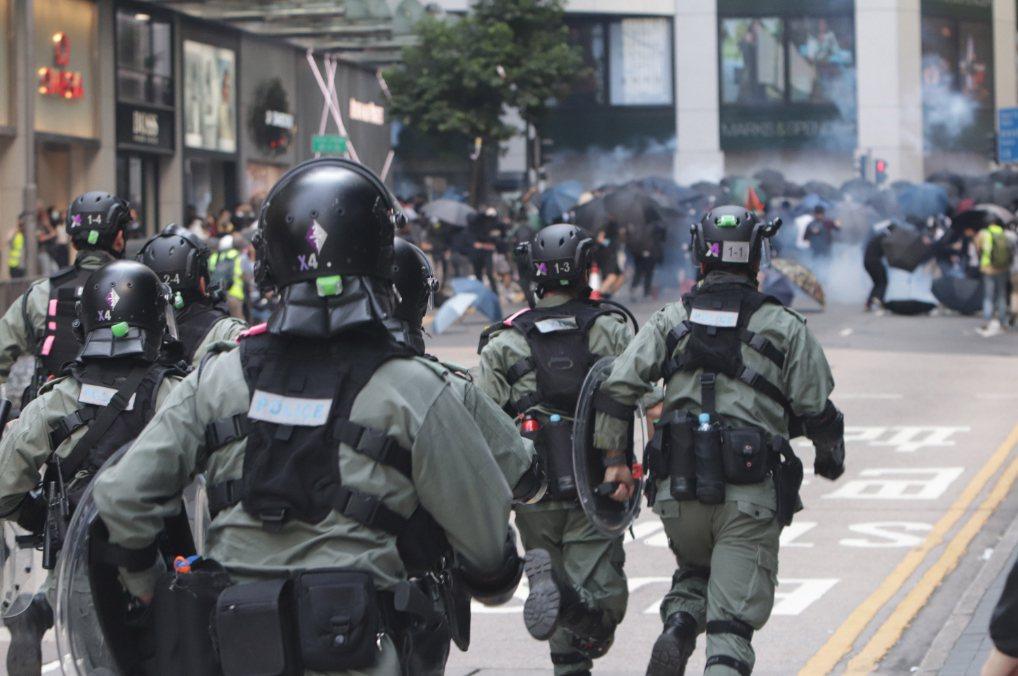 香港示威衝突升級,駐港解放軍更罕見出現街頭,引發外媒關注。中央社