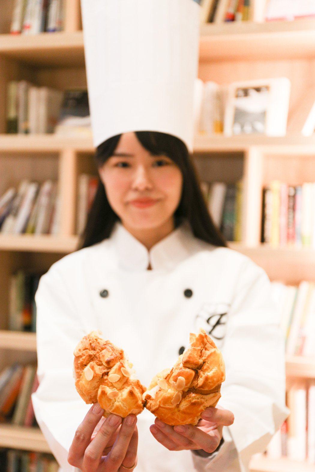 興富發總裁鄭欽天最愛的黃金菠蘿流沙包,香滑奶黃內餡,又不會很甜,一個55元,但僅...
