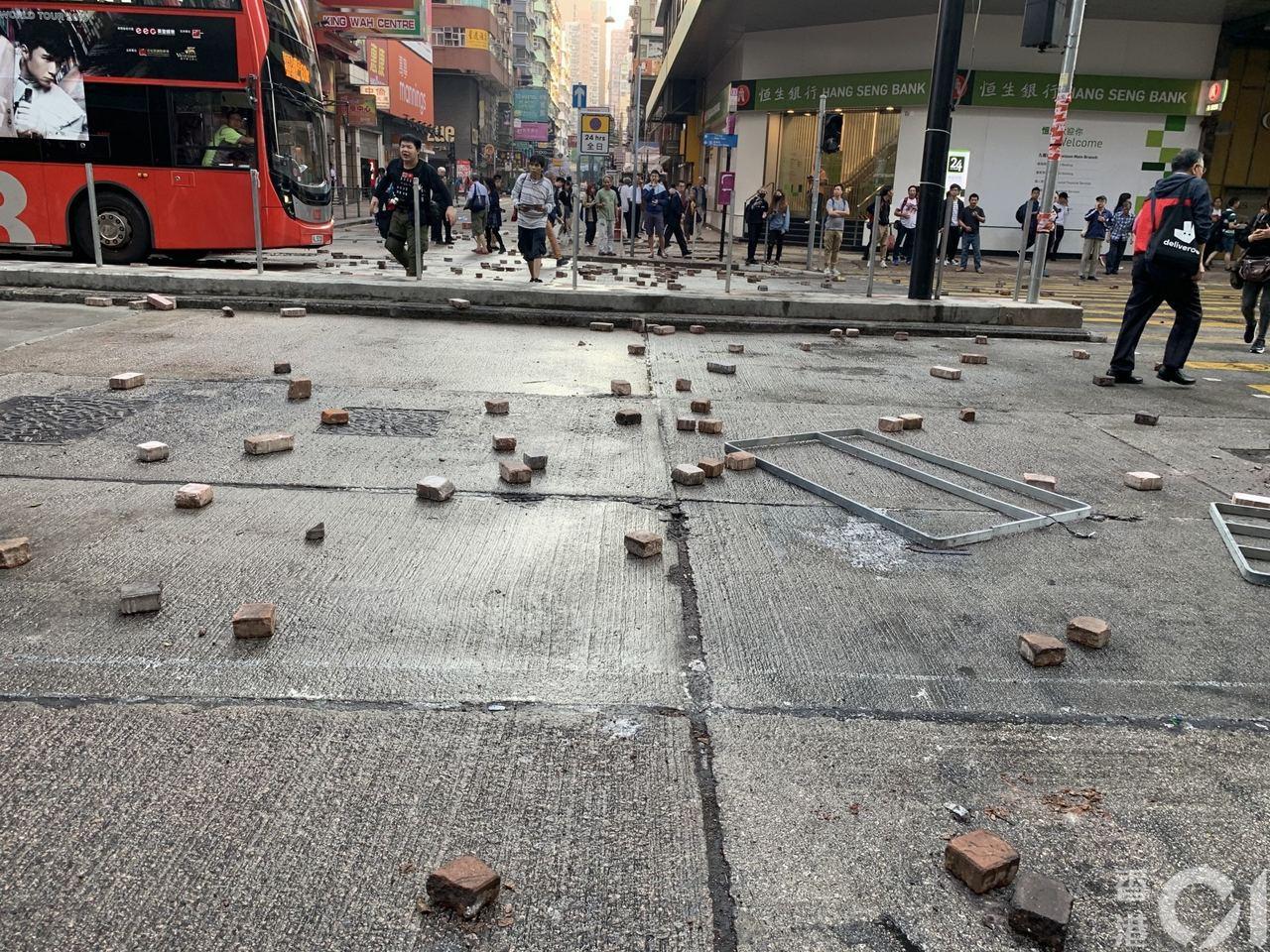 【旺角】早上7時47分,彌敦道及山東街交界的行車道,地上遍布磚塊。(勞敏儀攝)
